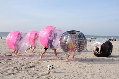 spelen op het strand met een Vrijgezellenfeest, bedrijfsuitje, familie-uitje of teamuitje vieren doe je tussen Scheveningen en Hoek van Holland, in de regio Zuid-Holland bij blokarten-scheveningen.nl