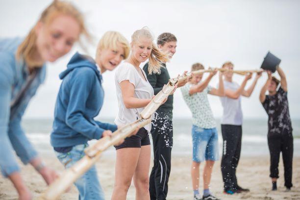 Verschillende leuke strandspellen ofwel echte beachgames spelen met een Vrijgezellenfeest, bedrijfsuitje, familie-uitje of teamuitje, doe je tussen Scheveningen en Hoek van Holland, in de regio Zuid-Holland bij blokarten-scheveningen.nl.