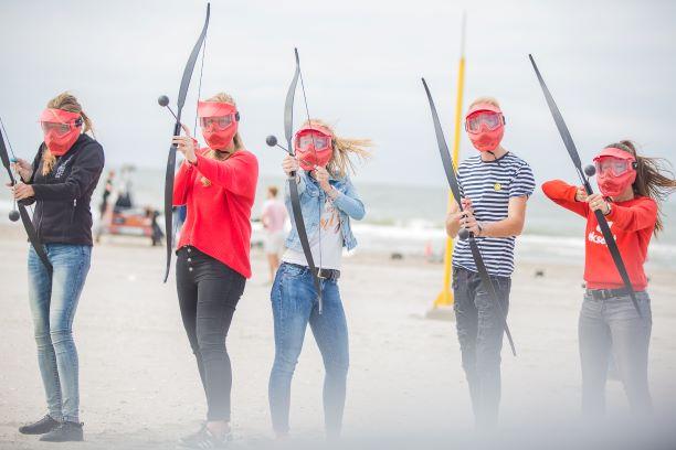 Archery tag, hungergames ofwel shootout spelen op het strand met een Vrijgezellenfeest, bedrijfsuitje, familie-uitje of teamuitje vieren doe je tussen Scheveningen en Hoek van Holland, in de regio Zuid-Holland bij blokarten-scheveningen.nl.