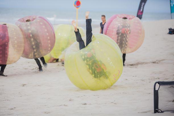 bubblesoccer ofwel bubble voetbal spelen op het strand met een Vrijgezellenfeest, bedrijfsuitje, familie-uitje of teamuitje vieren doe je tussen Scheveningen en Hoek van Holland, in de regio Zuid-Holland bij blokarten-scheveningen.nl.