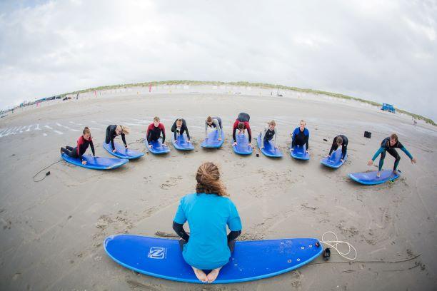 golfsurfen op zee met een Vrijgezellenfeest, bedrijfsuitje, familie-uitje of teamuitje vieren doe je tussen Scheveningen en Hoek van Holland, in de regio Zuid-Holland bij blokarten-scheveningen.nl.